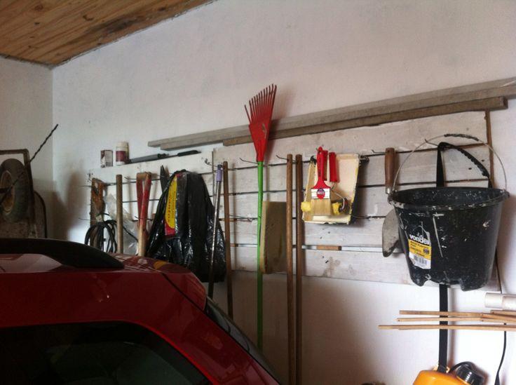 Painel de Pallets para pendurar ferramentas de jardinagem, etc...