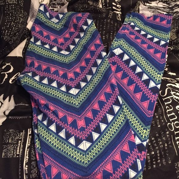 Charlotte Russe Leggings Bright aztec printed leggings which will go great with a variety of shirts! Worn a couple times! No stains or discoloration! Pants Leggings