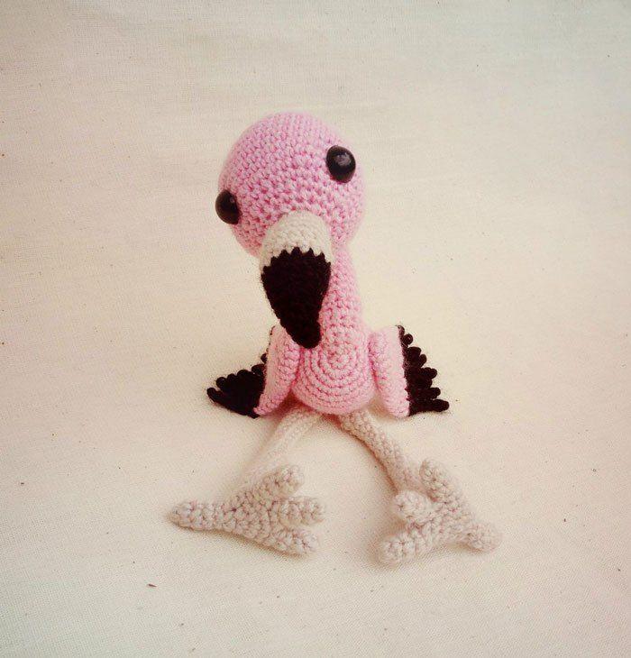 Kijk wat ik gevonden heb op Freubelweb.nl: een gratis haakpatroon van Amigurumi Today om deze lieve kleine baby flamingo te haken https://www.freubelweb.nl/freubel-zelf/gratis-haakpatroon-flamingo/