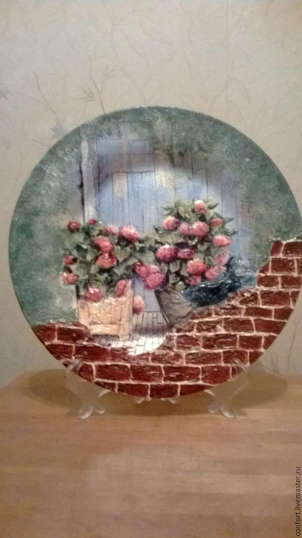 Купить или заказать Декоративная тарелка 'Уютный дворик' в интернет-магазине на Ярмарке Мастеров. Декоративная керамическая тарелка. Авторская работа. Была сделана на заказ. Представлена для примера. Вид на дом (дверь) через 'покосившийся' кирпичный забор. На покрытом плиткой крыльце стоят два горшка с цветами. Объемные цветочные горшки, частично цветы и листья, забор.