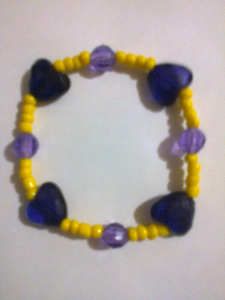 KA_P009 - Pulsera en colores morado, lila y amarillo, con cuentas en forma de corazón.