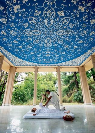Тайский массаж в павильоне отеля, где в сезон ежедневно проходят утренние занятия йогой
