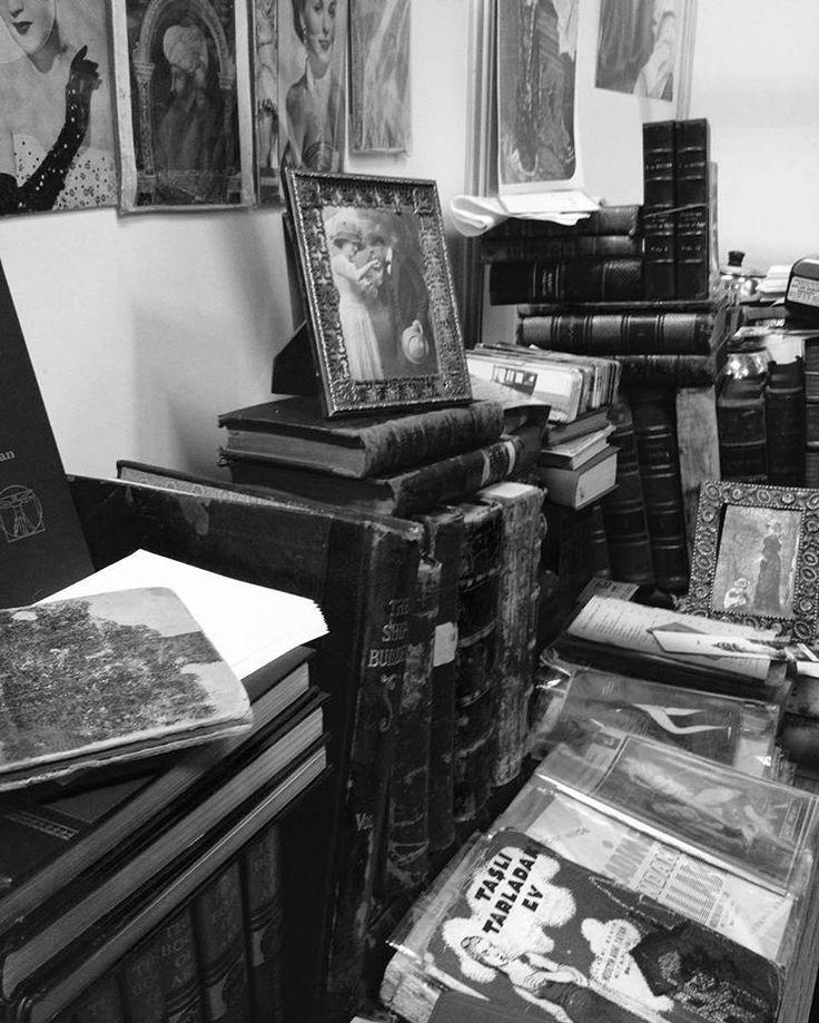 Yaralar vardır hayatta, Ruhu cüzzam gibi yavaş yavaş ve yalnızlıkta yiyen, Kemiren yaralar... 🌙 #photo #photography #photographer #camera #efekt #black #white #siyah #beyaz #kitaplar #kitap #book #resim #picture #sanat #kadraj #mercek #ay #posta #vscocam #istanbul #Tüyap #tuyapkitapfuari #plak