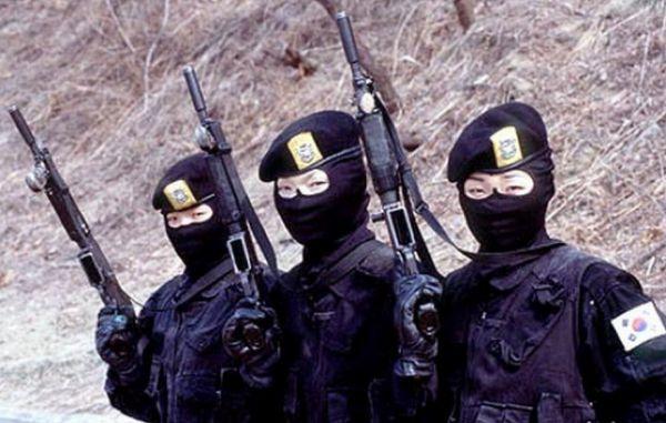 """Tropa feminina - Coréia do Sul -O 707° Batalhão de Missão Especial representa a força especial do Comando de Guerra do Exército da Coreia do Sul. A unidade tem como objetivo principal ser a reação contra-terrorista primária do país. O apelido do batalhão é """"Tigre Branco"""". A unidade também possui um pequeno número de mulheres agentes das forças especiais, como se pode observar na fotografia."""