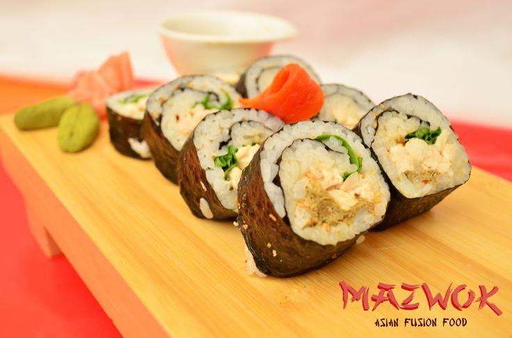 Bogotá Roll: Delicioso sushi relleno de rúgula, mayonesa de alcaparras, tartar de pollo y pimentón.
