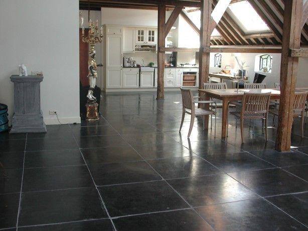Natuurstenen vloer in woonboerderij. De sfeer van deze woonkeuken in deze antieke boerderij wordt voor een groot deel bepaald door de prachtige natuurstenen vloer. De vloertegels zijn licht gezoet en zijn aan de zijkant getrommeld waardoor ze een robuuste uitstraling hebben. KROON Vloeren in Steen