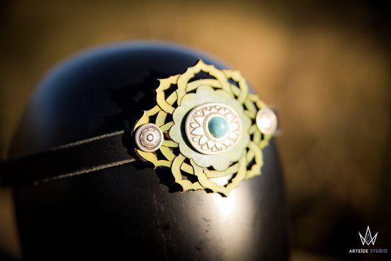 Tiara patronen van bramen leder versierd met een metalen patroon ingelegde met een blauw-groene ruimte. Het is zeer licht om te dragen en hecht met een link in katoen in de achterkant van het hoofd. Dankzij zijn natuurlijke inspiratie, kan hij je middeleeuwse, fantastisch en sprookjes outfits voltooien. Het kan worden gedragen in de tiara op het voorhoofd of de hoofdband om verfraaien uw kapsel.  Kenmerken:  Plantaardig looien leder metallic zilveren kleurpatronen IN VOORRAAD SNELLE…