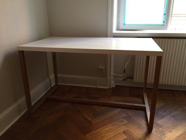 Hej,   Säljer ett fint matbord/skrivbord som ser ut som nytt, sparsamt använt. Det har träben samt en tunn vit skiva av plåt.   Pris 500kr