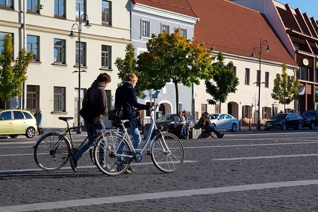ragazze in bici a Vilnius