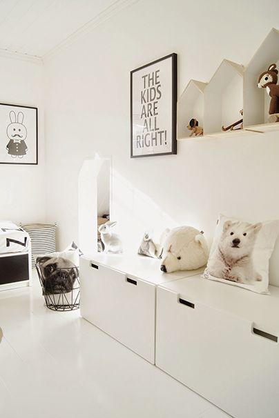 Woonkamer inspiratie | ikeaboxen gebruiken als kinderspeelhoek en opbergplaats, kids op bed, kamer snel aan kant! | kinderhoek in woonkamer | interieurtip