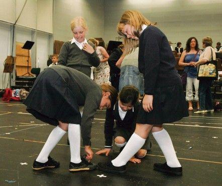 Wer hat den schönsten Schuh? Die Mädchen erfinden während des Wartens vor der Hauptprobe ein Auszählspiel zum Zeitvertreib. In der Aufführun...