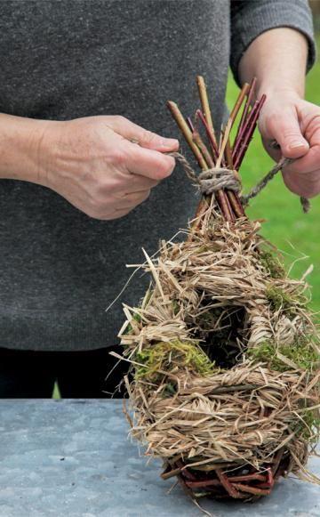Der Zaunkönig baut im dichten Geäst von Hecken und Sträuchern kugelige Nisthöhlen. Mit ein paar einfachen Naturmaterialien können Sie ihm die Arbeit abnehmen.