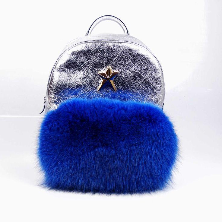 Accesoriu chic și funcțional, rucsacul de damă Mineli Falling Star este realizat din piele argintie și stilizat cu blană de vulpe în culori puternice.Acest model poate fi deopotrivăelegant și poate fi elementul statement ce dă personalitate unui outfitconstruit în jurul…