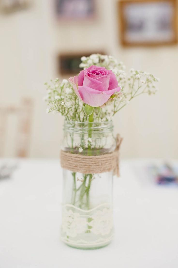 Schlichte Tischdeko im romantischen Retro-Stil.