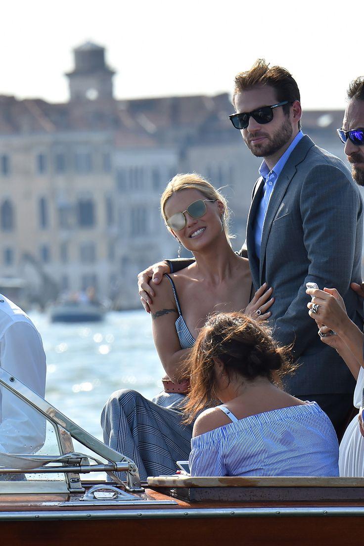 Michelle Hunziker con Tomaso Trussardi abbracciati sul Canal Grande…