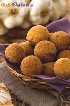 Come trasformare il pane raffermo in #POLPETTE DI #PANE (bread balls)! #ricetta di #GialloZafferano #italianfood #italianrecipe