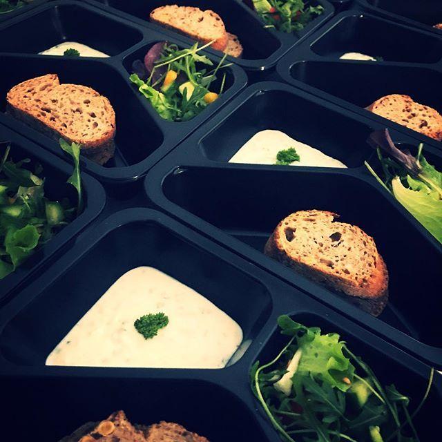 Mňamóza z minulého týdne..  Dnes si mimojiné určitě pochutnáte k obědu na temelínské baště nebo-li kuřecím kari svítí nádherně!  Dobrou chuť a skvělý den!!  http://bit.ly/2DObh3j #food #zdravestravovani #jimezdrave #fitfood #fitnessfood #ffmenu #foodmenu #jidlo #krabicky #trebic #rozvoz #nejlepsi #celozrnnevudyavsude #instagood #instadaily #vysocina