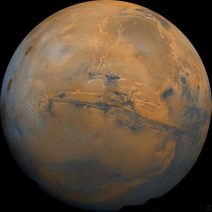 Há tempos, o homem é fascinado por Marte. Depois de acreditar, equivocadamente, ter visto canais de água em sua superfície e de pensar que aquele planeta poderia ser habitado por marcianos, os terráqueos se lançaram à sua conquista e querem enviar o primeiro voo tripulado até 2030.