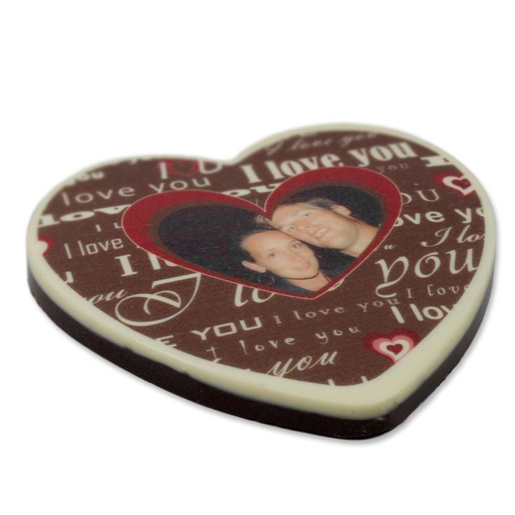 Ein romantisches und dazu noch leckeres Geschenk ist das Schokoladenherz, das Du mit Foto und Text personalisieren kannst.