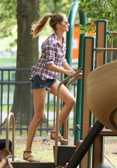 Para pasar una divertida jornada de juegos con sus hijos en el parque apuesta por la comodidad de una camisa de cuadros de Elizabeth and James, shorts denim y sandalias de piel.