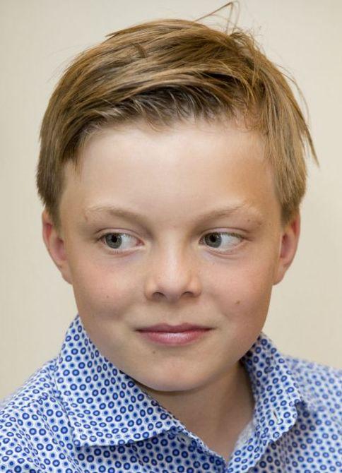 """Claus-Casimir van Oranje-Nassau van Amsberg 21-03-2004 Hij is het tweede kind van prins Constantijn en prinses Laurentien.  Hij is het derde kleinkind en de enige kleinzoon van prinses Beatrix en zesde in de lijn van de troonopvolging. Zijn officiële aanspreektitel is """"Hooggeboren Heer"""", maar in de praktijk zal iedereen volstaan met de voornaam. In tegenstelling tot zijn vader is hij geen prins, maar kreeg hij de titel van graaf. https://youtu.be/KTOpZrjUULY"""
