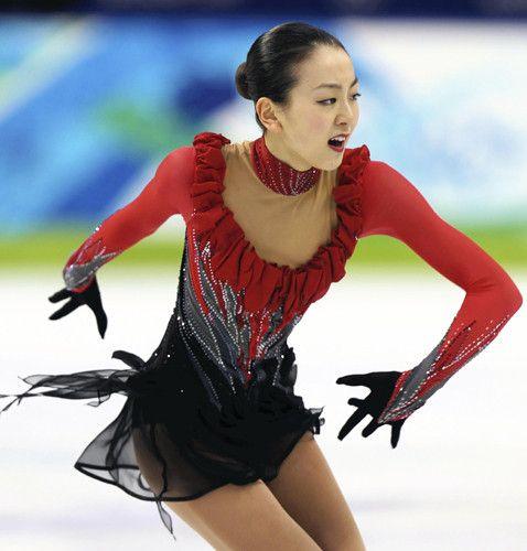 バンクーバー五輪女子フリーの浅田の演技。トリプルアクセルに2度成功したが、他のジャンプにミスが出て銀メダルに終わった。(2010年2月25日、増田教三撮影)