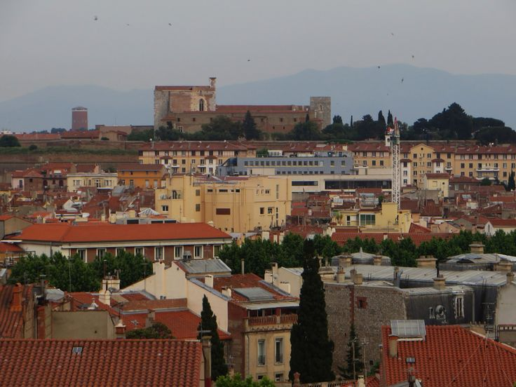 Le château des rois de Majorque et les toits de Perpignan, Roussillon, Pyrénées-Orientales, France.