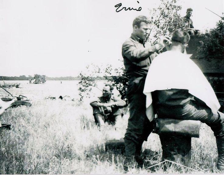Saint-Lô, 28 juli 1944: a haircut bij Ernie Belpulsi, 66th Armored Field Artillery B Battery.