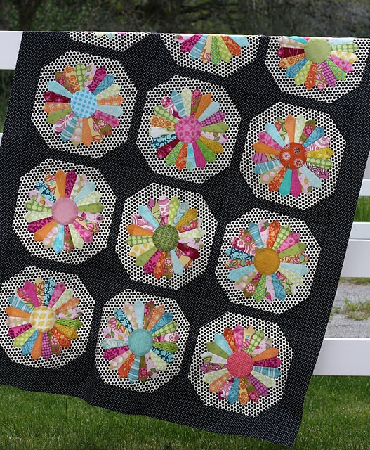 Dresden plate quilt - I am going to make one simliar to this... Love Dresden Plate design!!