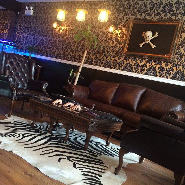 Inside Edmontons best tattoo studio, bombshell tattoo. Amazing quirky steampunk interior design in the shop