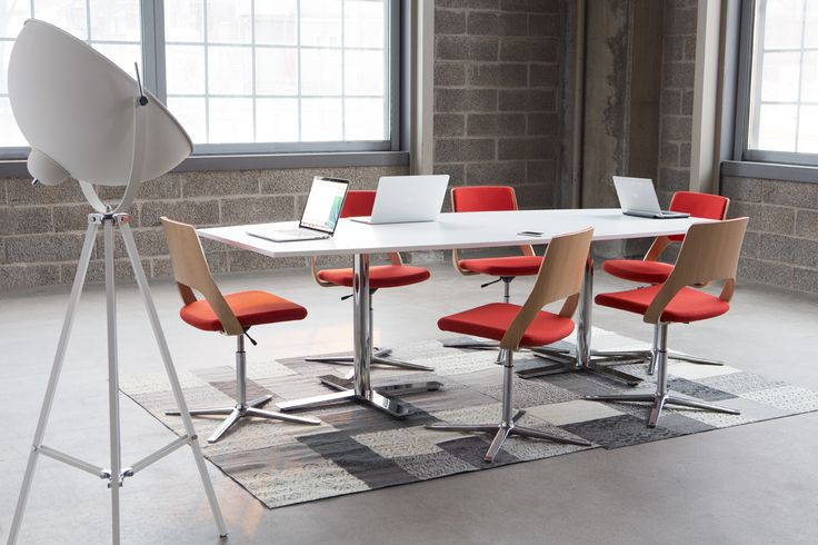 Oberon is ons nieuw, uitgebreid tafelgamma. De weerspiegeling van onze visie op een prima en intelligent ontwerp. De tafels zijn ergonomisch, flexibel, functioneel en visueel aantrekkelijk. Ze hebben een stijlvolle afwerking die gebaseerd is op Scandinavische waarden. Strakke lijnen en bekorende materialen, vormen en kleuren, strakke oppervlakken en ergonomische voordelen. #Kinnarps #Oberon #Vergadertafel