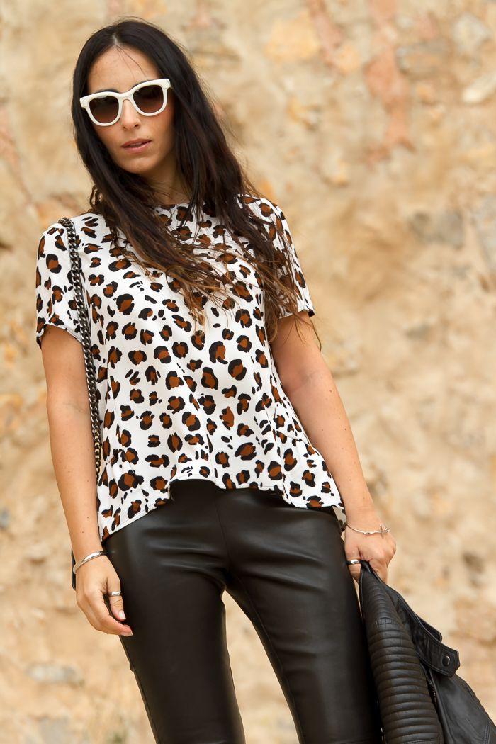 Gafas de sol blancas Prada y top leopardo
