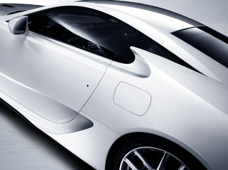 '고귀한 단순함'을 통해 자동차가 보여줄 수 있는 최대의 아름다움을 조용히 보여주고 있는 렉서스 LFA. | Lexus i-Magazine Ver.3 앱 다운로드 ▶ www.lexus.co.kr/magazine #Lexus #Magazine #LFA