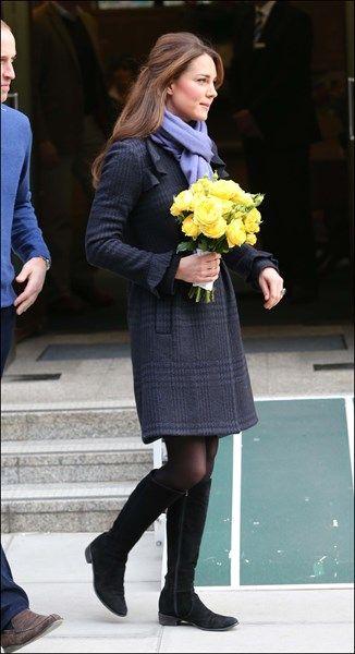 6/12/2012, 8 weken. Kort na de aankondiging van de zwangerschap verschijnt Kate in een jas van Diane von Furstenberg en comfortabele, platte laarzen van Russel en Bromley's.
