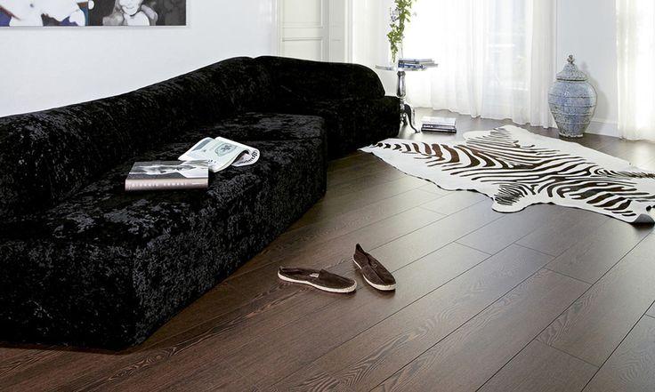 Темные полы из ламината венге в белой комнате