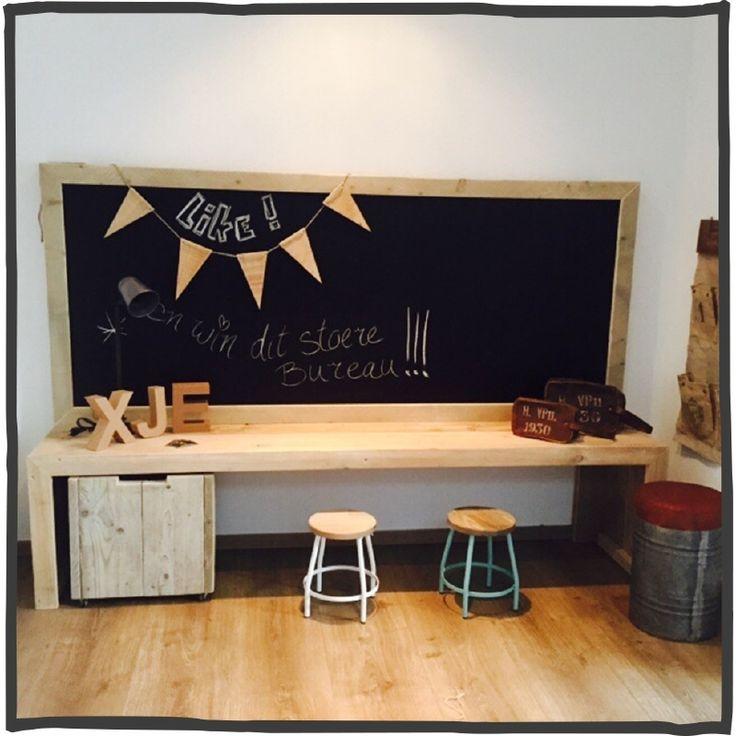Deze multifunctionele kinderspeeltafel/bureau, is bijv. ideaal als speeltafel voor kinderen en kan, door zijn eenvoudige vormgeving, overal staan.Met het schoolbord kan uw kind zich lekker uitleven.