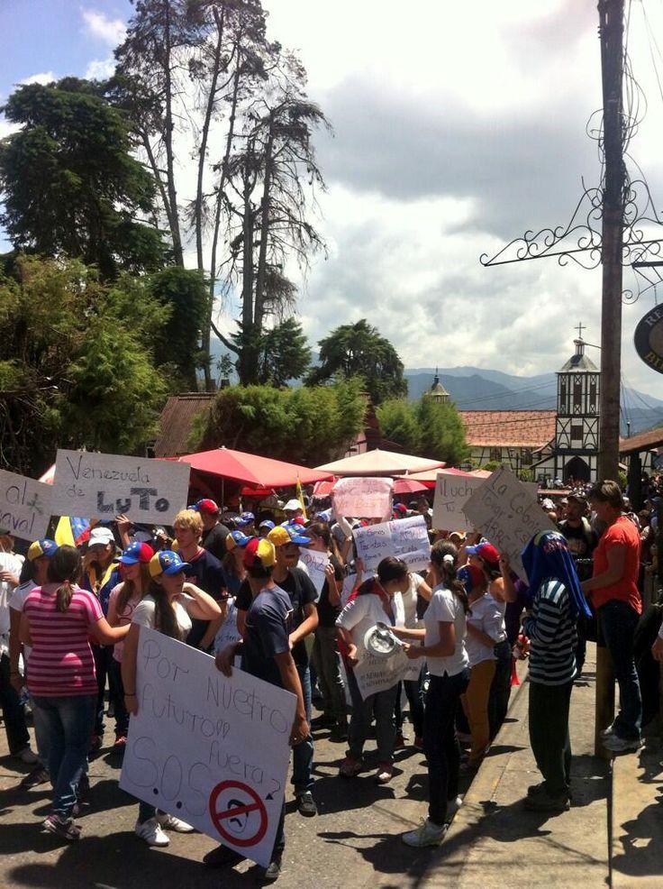 4to día de protestas en La Colonia Tovar!! A pesar de las agresiones por parte de la Policía De Aragua!! Favor RT pic.twitter.com/0WigICI2GR