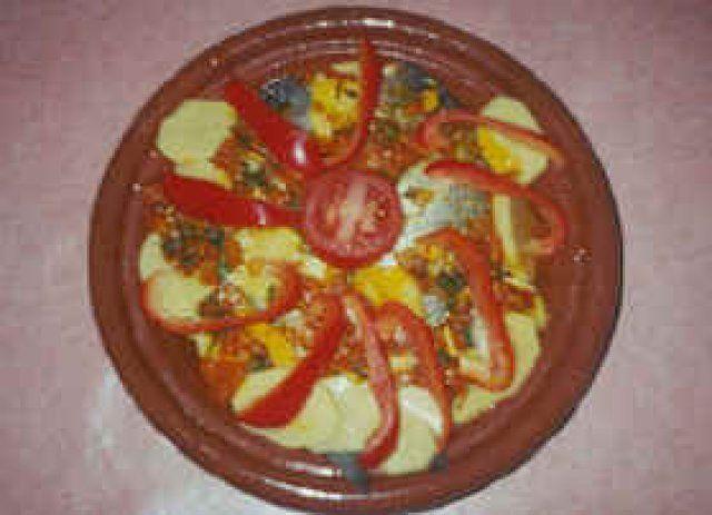 Dit heb je nodig1 ui 1 teentje knoflook 1 tomaat 1 wortel 2 aardappelen 1 rode paprika 1 gele paprika 6 takjes verse koriander 500 gram kabeljauwfilet of moten 1 theelepel gem