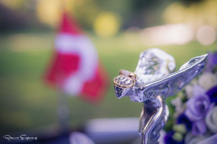 På kølerfigueren på denne Rolls Royce ligger parrets smukke vielsesringe. Danebro kan ses i baggrunden.