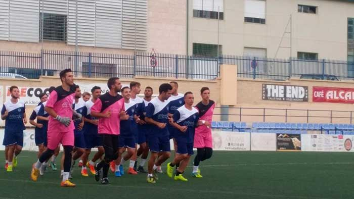 A las 18 horas de este domingo se levanta el telón para el Vélez de la Liga 17-18. Y lo hace en una complicada plaza, en el feudo del Almería B . Equipo que el año optó al ascenso y quedó ya eliminado en los play-of de ascenso a Segunda B.