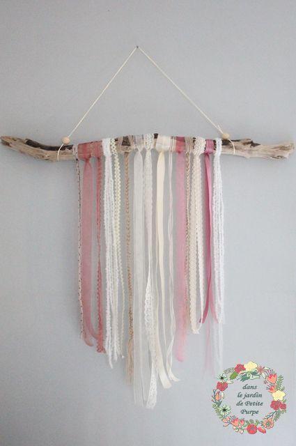 Attrape reves - Capteur de rêves - Dreamcatcher Style boho chic, tons rose et blanc, bois flotté, rubans, dentelle, organza. Déco mariage, salon, chambre.