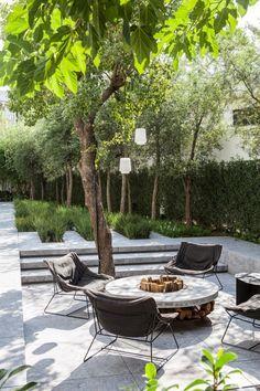 Este jardim foi criado por Ludo Dierckx, paisagista belga, para um cliente de Rotterdam, na Holanda . O uso de flores brancas, juntamente com a lavanda e buxinhos transmitem elegância ao projeto. O contraste dos toldos pretos harmoniza-se com a casa que é branca e com as pedras escuras, oferecendo uma visão agradável de todo… Leia mais Elegante jardim Belga