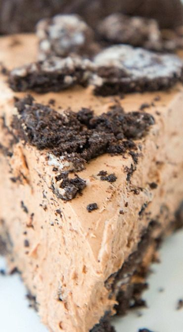 No Bake Chocolate Oreo Cheesecake ~ With creamy, rich chocoalte-y filling and tons of Oreos, you just can't go wrong!