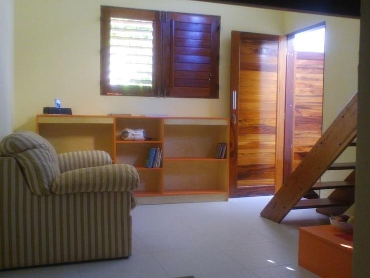 O sofá pode ser tranformado em pequena cama de casal.Prateleiras maiores da estante podem ser removidas, abrindo espaco para colocar roupas nos porta-cabides ocultos.