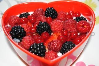 Mic dejun de vara: iaurt natural cu fructe de padure proaspete