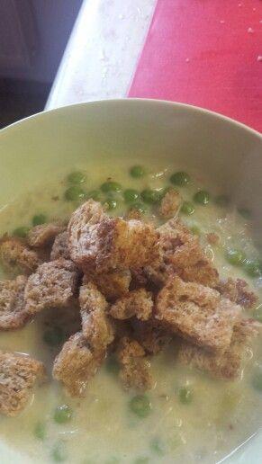 Hrášková polévka s pórkem, smetanou, zeleninovým vývarem a krutony