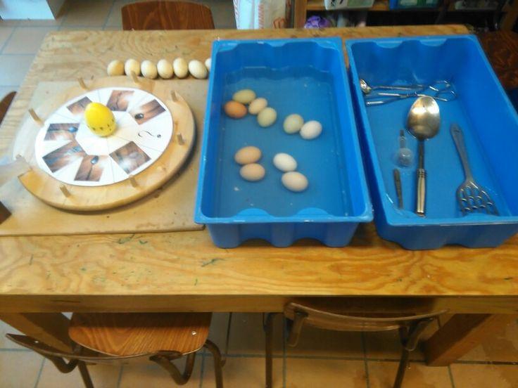 Eieren vissen met verschillende keukenmaterialen