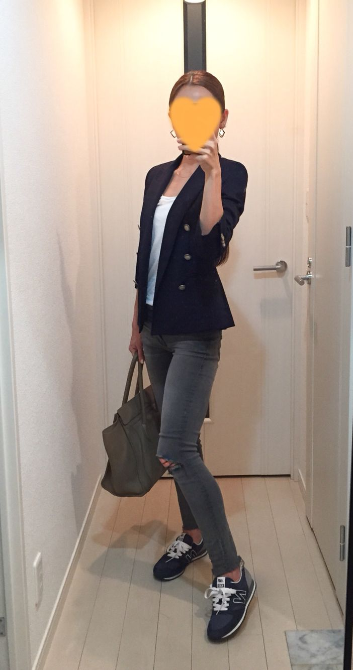 Navy jacket: ZARA, Tee: Sisley, Skinny: Mother, Bag: Celine, Sneakers: New Balance