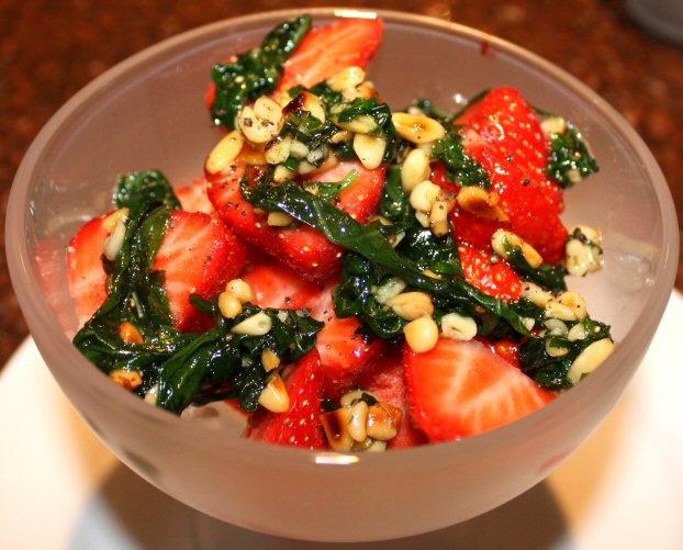 Aardbeien met zoete basilicumpesto