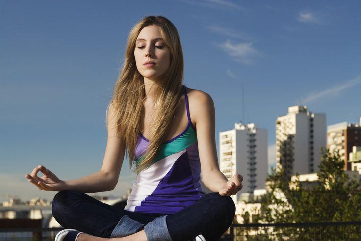 Det behøver hverken være besværligt eller tidskrævende at meditere dagligt. Herfår du tre mindfulness øvelser, du nemt kan passe ind i din hverdag.